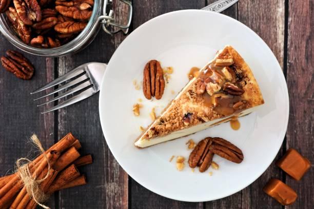stück pecan karamell käsekuchen, draufsicht über holz - zimt pekannüsse stock-fotos und bilder