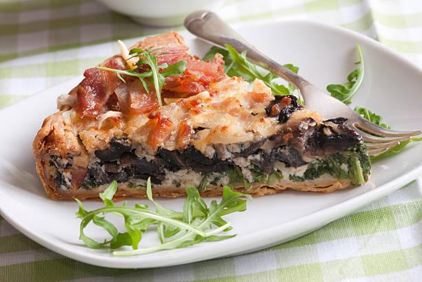 stück käse - gebackene champignons stock-fotos und bilder