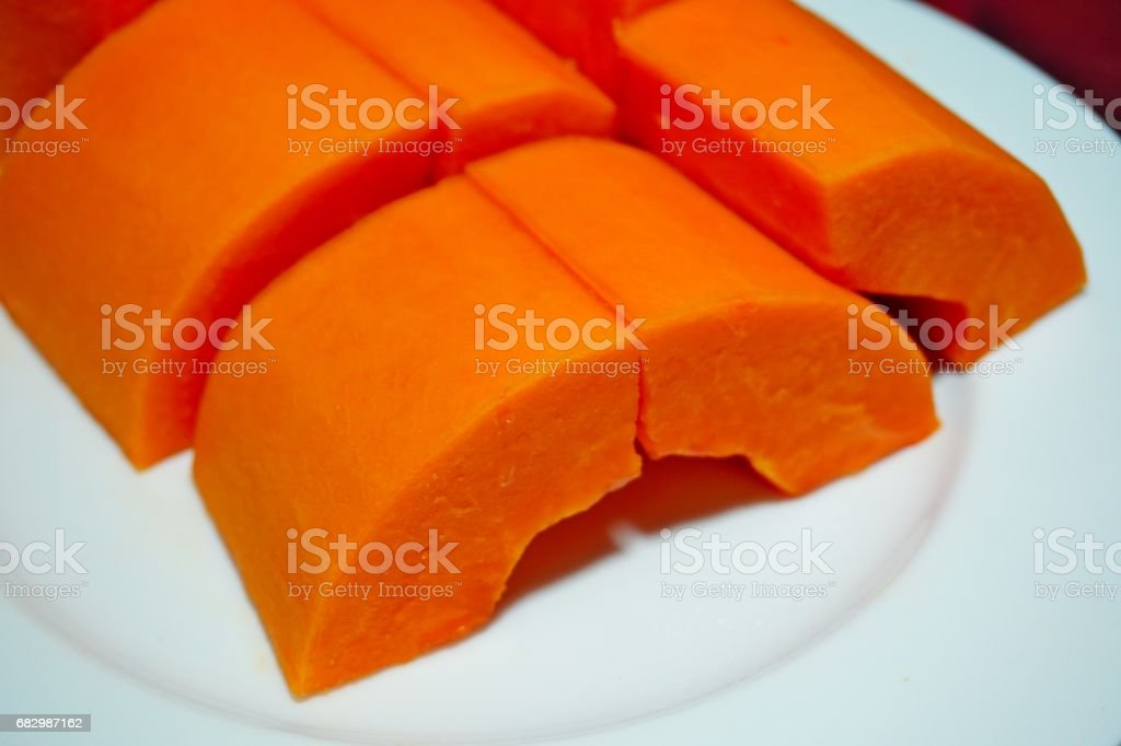 Slice of ripe papayas in white dish foto de stock royalty-free