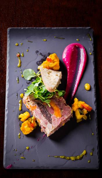 テリーヌ カリフラワーとスレート板にソースのスライス - フランス料理 ストックフォトと画像