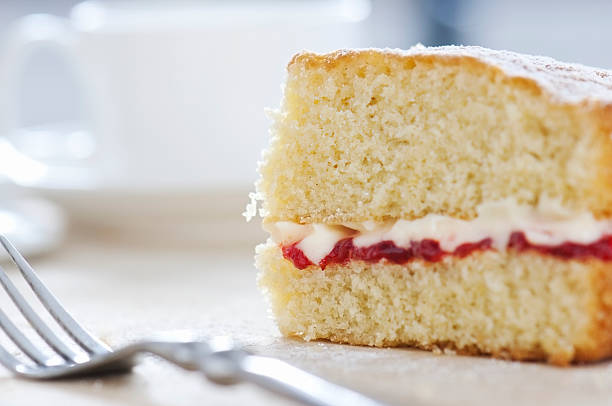 slice of victoria rührkuchen gewürzt mit puderzucker - biskuitboden stock-fotos und bilder