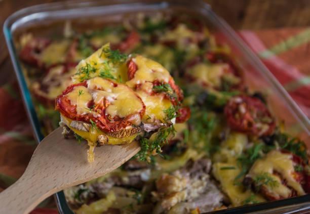 in scheiben geschnitten gebackenen auflauf - käse zucchini backen stock-fotos und bilder