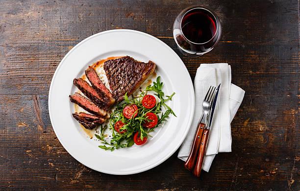 fatias de carne de vaca, salada e vinho em placa - meat plate imagens e fotografias de stock