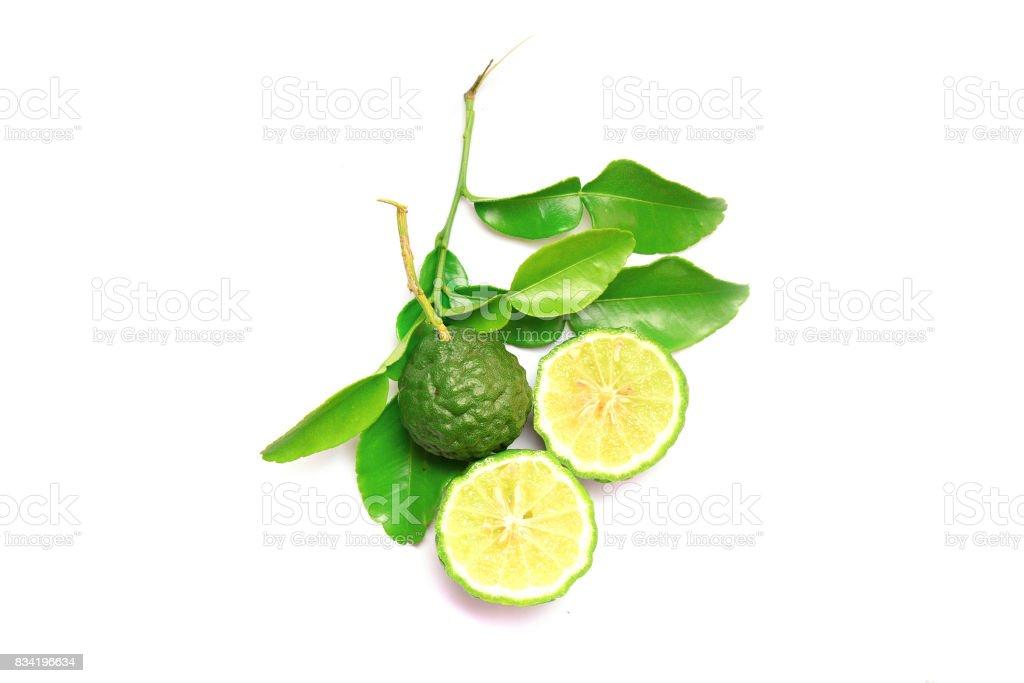 tranches de bergamote et de feuilles sur fond blanc - Photo