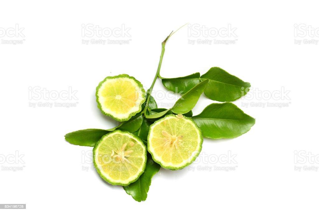 in Scheiben geschnittene Bergamotte und Blätter auf weißem Hintergrund – Foto