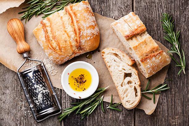 얇게 썬 식빵 치아바타 빵, 올리브 오일 - 치아바타 빵 뉴스 사진 이미지