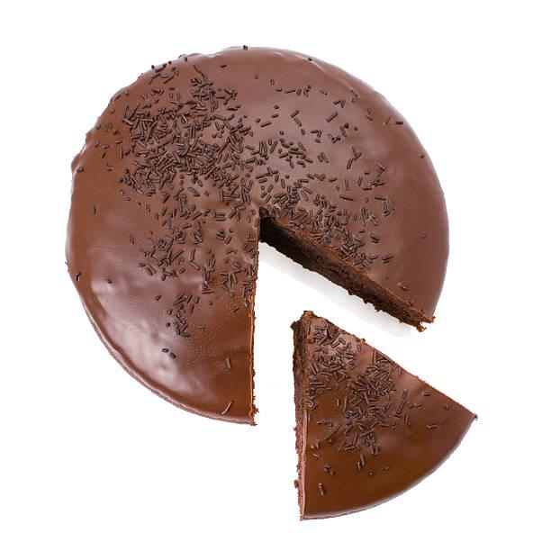 нарезной chocolate fudge cake изолированные на белом фоне - кусок торта стоковые фото и изображения