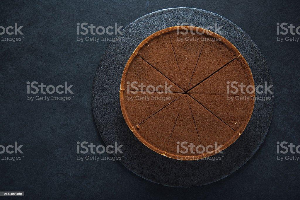Fatia de torta de chocolate em fundo escuro - foto de acervo
