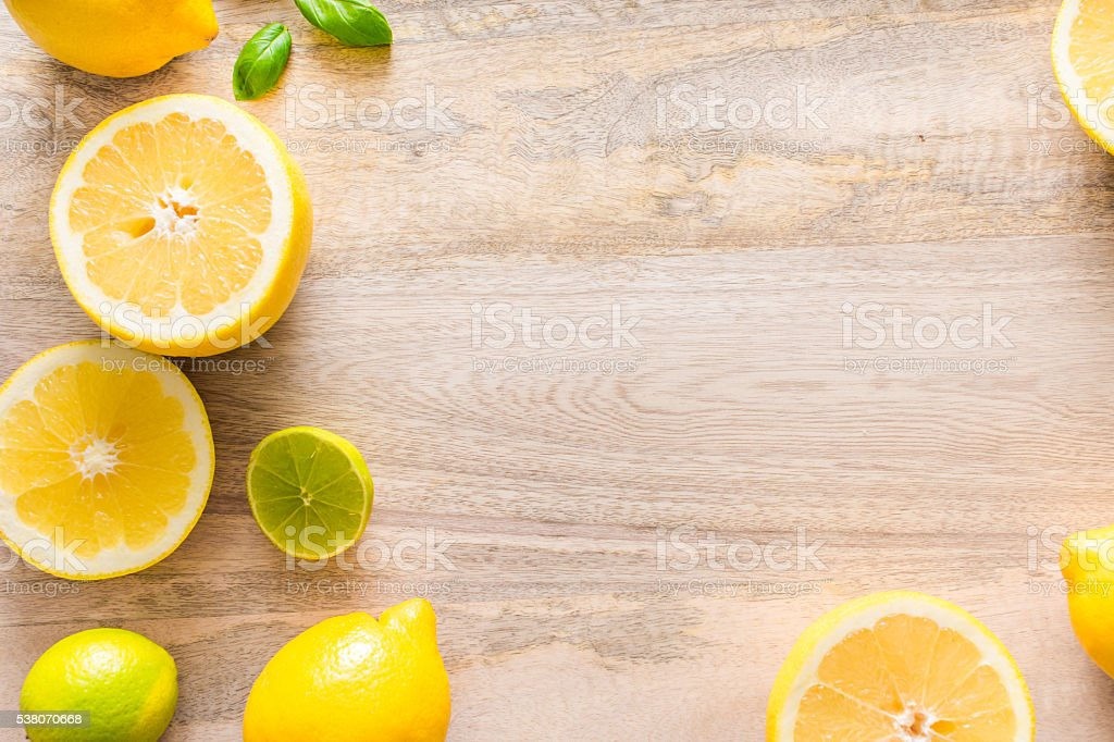 sliced citrus on wooden backrgound. View from above. – Foto