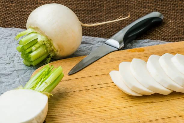 Geschnittener Daikon Rettich. Leckere frische rohe weiße runde japanische Rettich. – Foto