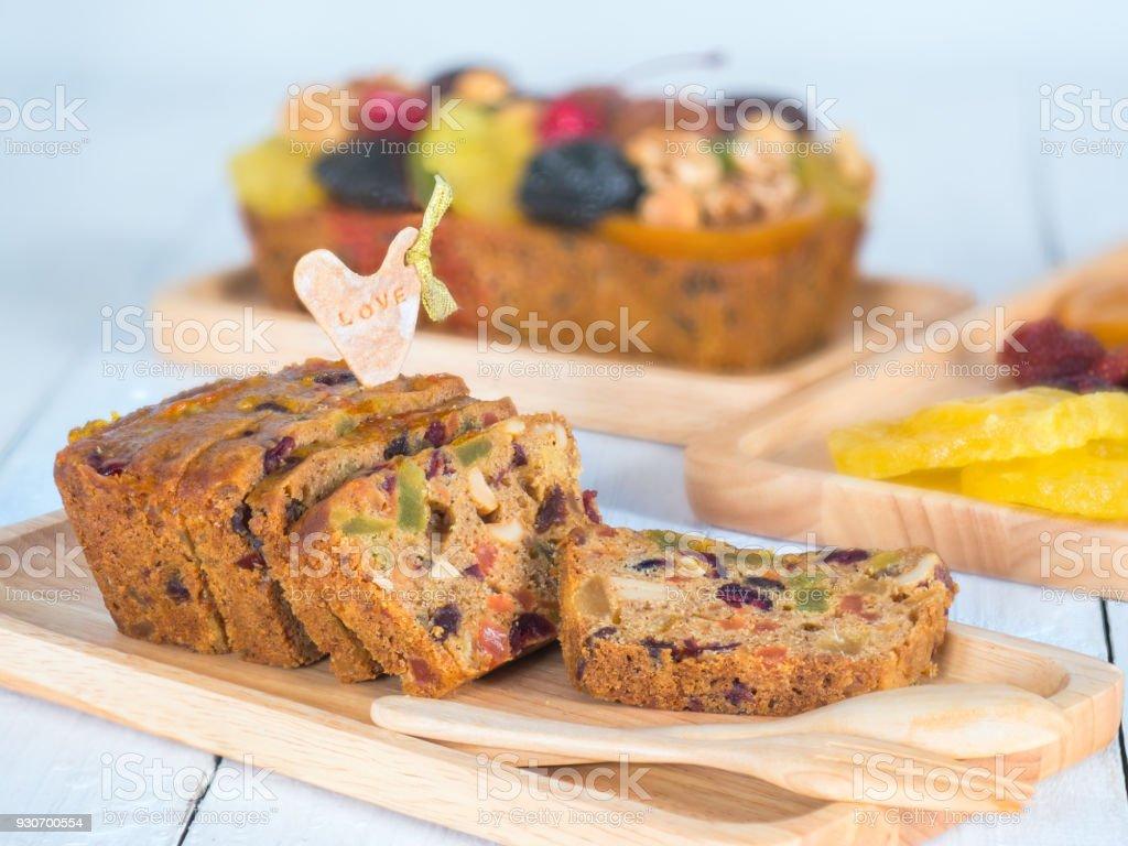 Obstkuchen in Holzplatte geschnitten – Foto
