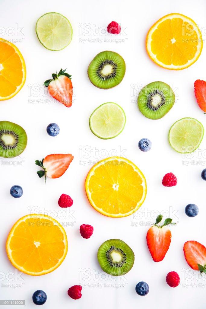 Geschnittenen Früchten auf weißem Hintergrund – Foto