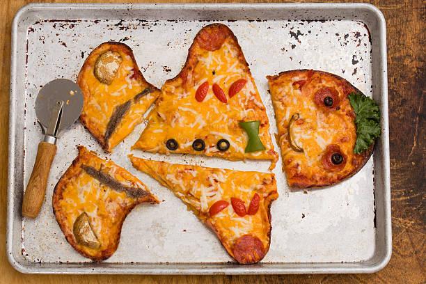 lebkuchenmann pizza scheiben - frucht pizza cookies stock-fotos und bilder