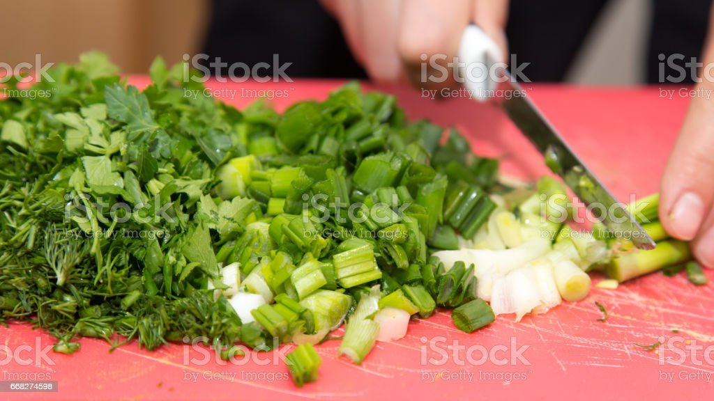 sliced green onions with a knife foto stock royalty-free