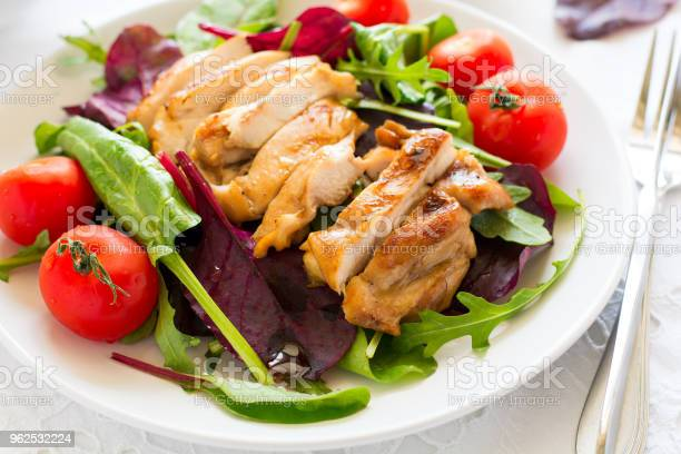Foto de Fatias De Frango Grelhado Com Salada De Folhas Verdes e mais fotos de stock de Alface