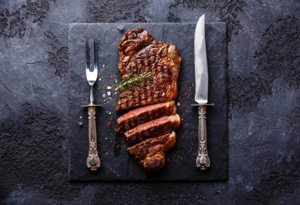 geschnittene fleisch steak roastbeef mit messer und gabel carving-set - tranchieren stock-fotos und bilder