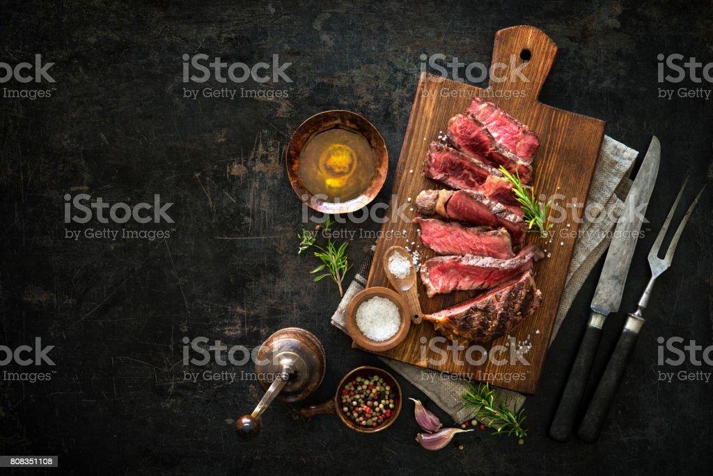 Em fatias médias raro grelhado bife bife - foto de acervo