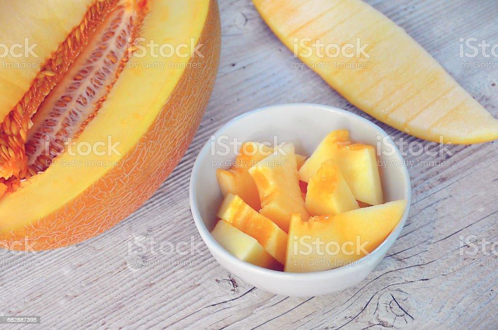 Melone in weiße Schale geschnitten. Direkt über Ansicht Lizenzfreies stock-foto