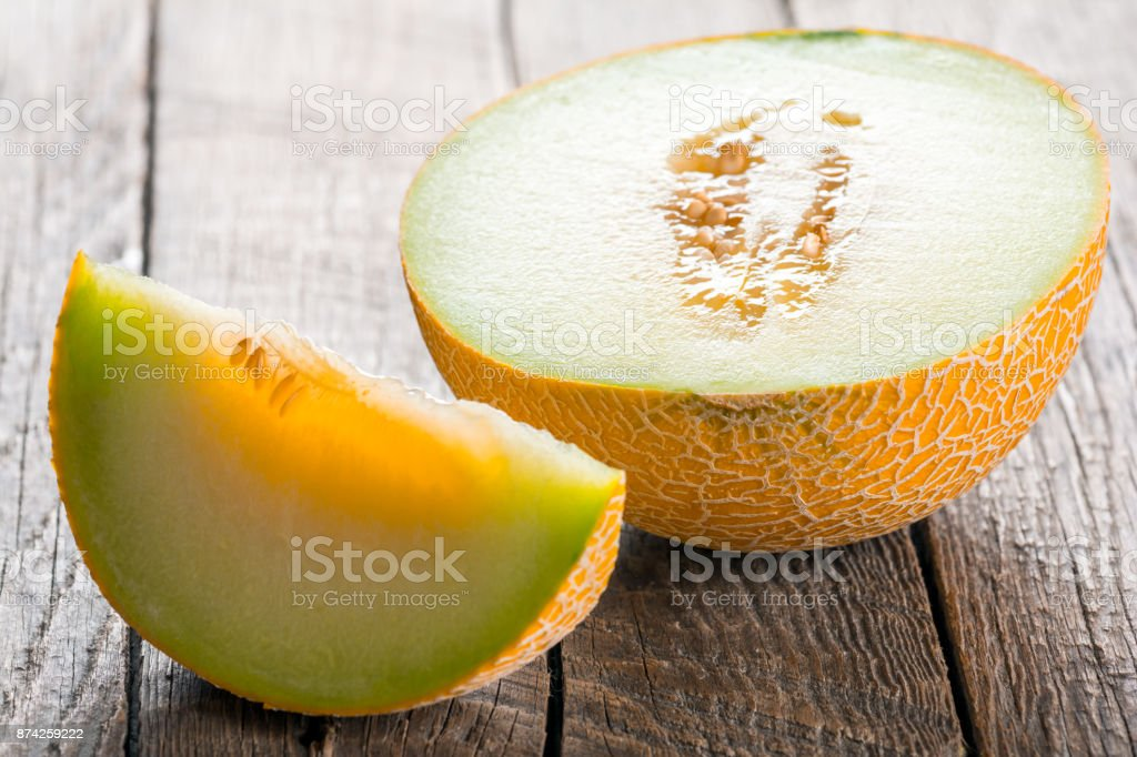 Geschnittene Melone auf Holztisch – Foto