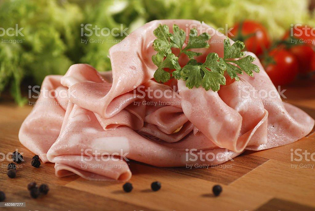 sliced € ‹ Mortadella su Tavola di legno Tagliare a pezzetti - Foto stock royalty-free di Antipasto