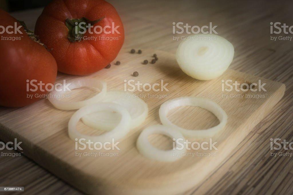 Dilimlenmiş soğan, Bütün domates, karabiber meşe kesme tahtası üzerinde royalty-free stock photo