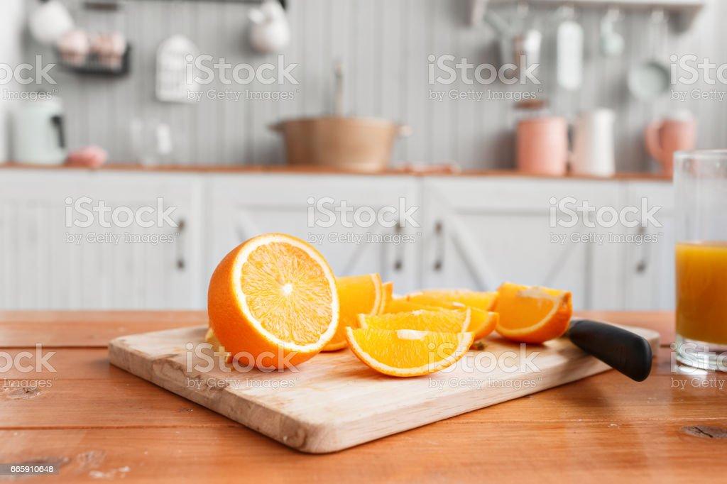 in Scheiben geschnittenen Orangen auf einem Holzbrett. Gesundes und schmackhaftes Frühstück – Foto