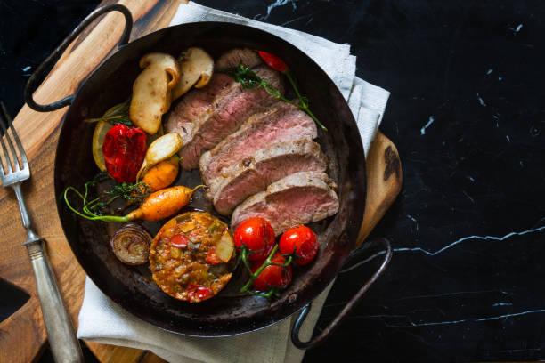 rebanadas de roast beef en pan - comida francesa fotografías e imágenes de stock