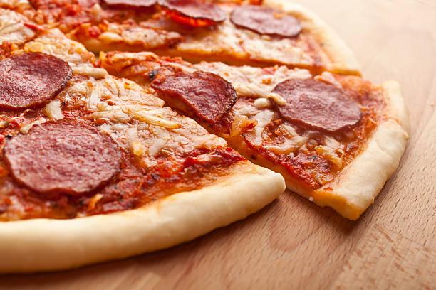 scheiben salami-pizza - schmaler tisch stock-fotos und bilder
