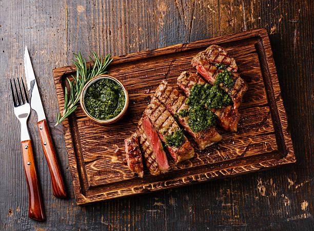 sliced sirloin steak with chimichurri sauce - sirloin stockfoto's en -beelden
