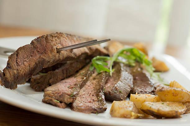 scheiben steak und kartoffeln - flank steak marinaden stock-fotos und bilder