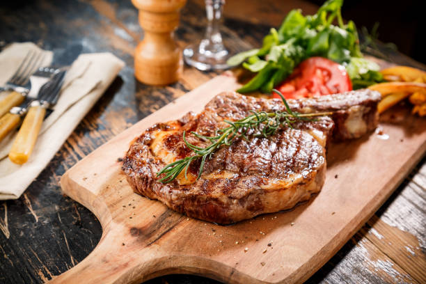 gesneden biefstuk ribeye - strip steak stockfoto's en -beelden