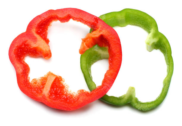 in scheiben geschnitten, süße paprika, isoliert auf weißem hintergrund. ansicht von oben - grüne paprikaschoten stock-fotos und bilder