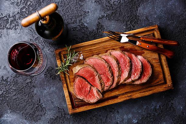 sliced tenderloin steak roastbeef and red wine - wołowina zdjęcia i obrazy z banku zdjęć