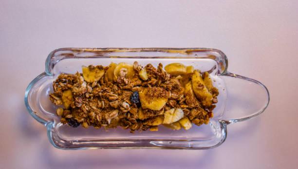 Fatias de banana com granola. Foco seletivo. - foto de acervo