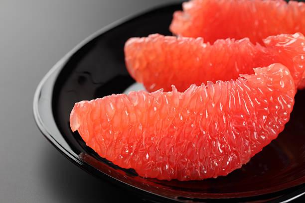 新鮮なグレープフルーツのスライス - グレープフルーツ ストックフォトと画像