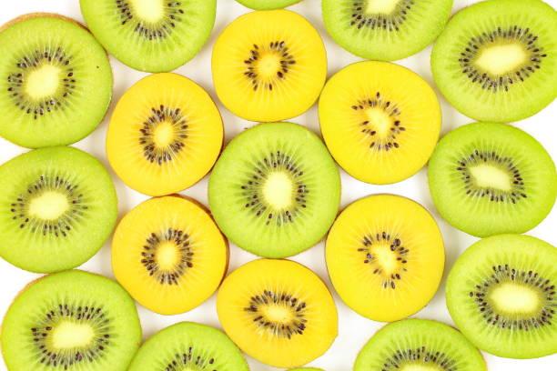 Scheiben von frischem Grün und gelb Kiwi Früchte essen Hintergrund – Foto