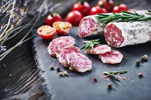 lonchas de salami de fuet con baguette - fuet sausages fotografías e imágenes de stock