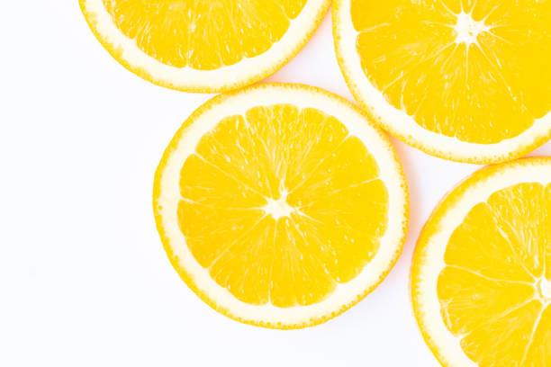 tranches d'orange isolées sur le fond blanc - cold pressed photos et images de collection