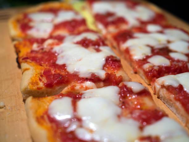 skivor av pizza - bakplåt bildbanksfoton och bilder