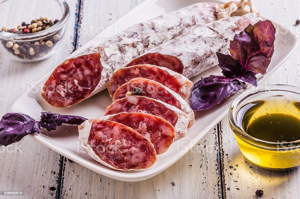 Scheiben von salami auf einem weißen Teller – Foto