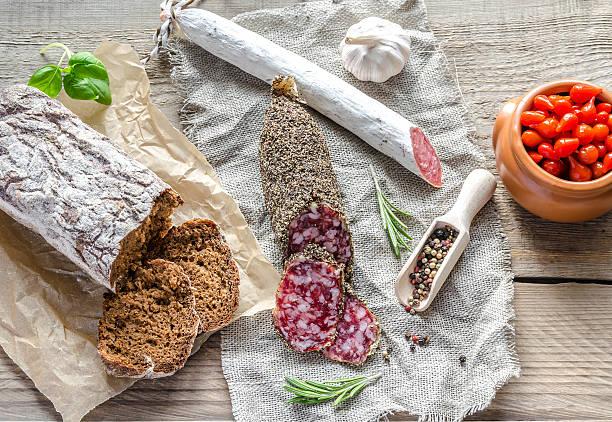 rodajas de saucisson y español el sackcloth salame - fuet sausages fotografías e imágenes de stock