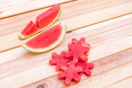 Segmenten Van Watermeloen Op Houten Tafel Mediterrane Tuin Achtergrond Stockfoto en meer beelden van Boom