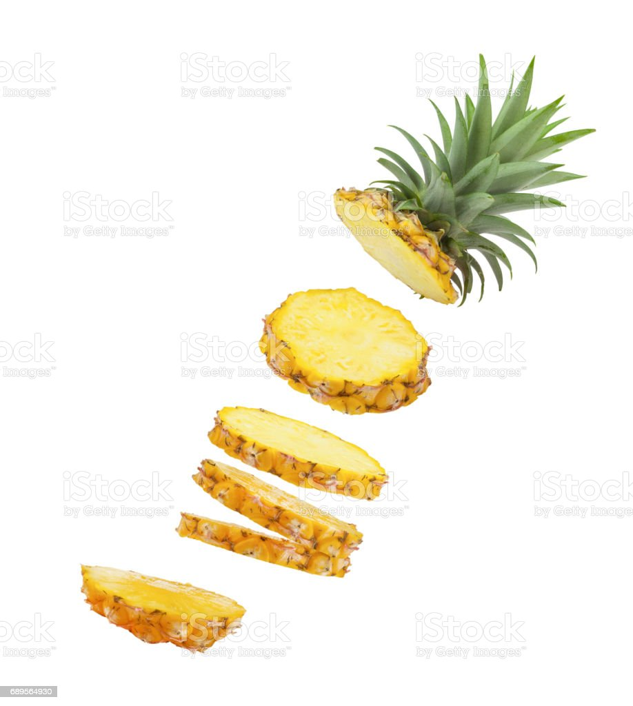 Tranches d'ananas tombant isolé sur fond blanc. - Photo