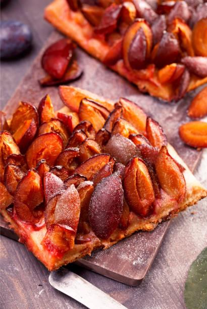slicesd deutsche pflaumenkuchen - pflaumentarte stock-fotos und bilder