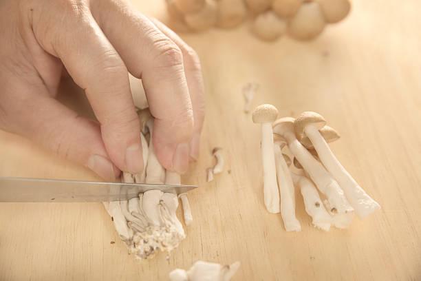 slicing hon-shimeji mushroom - しめじ ストックフォトと画像