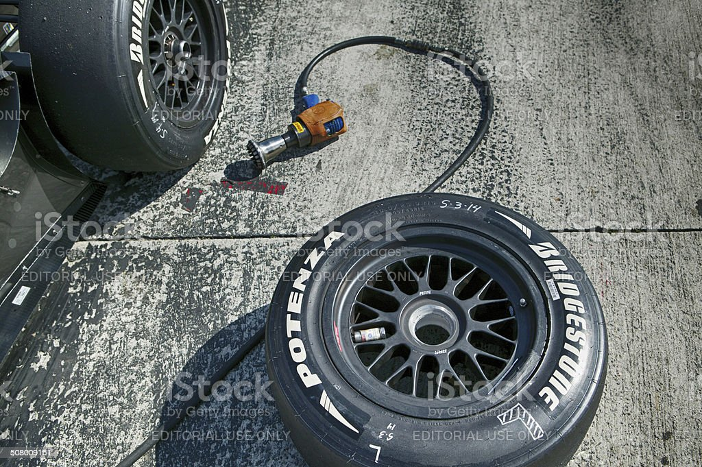 Slick racing car tire change