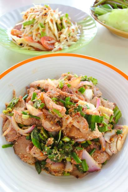 schieben sie gegrilltes schweinefleisch-salat - nudelsalat zum grillen stock-fotos und bilder