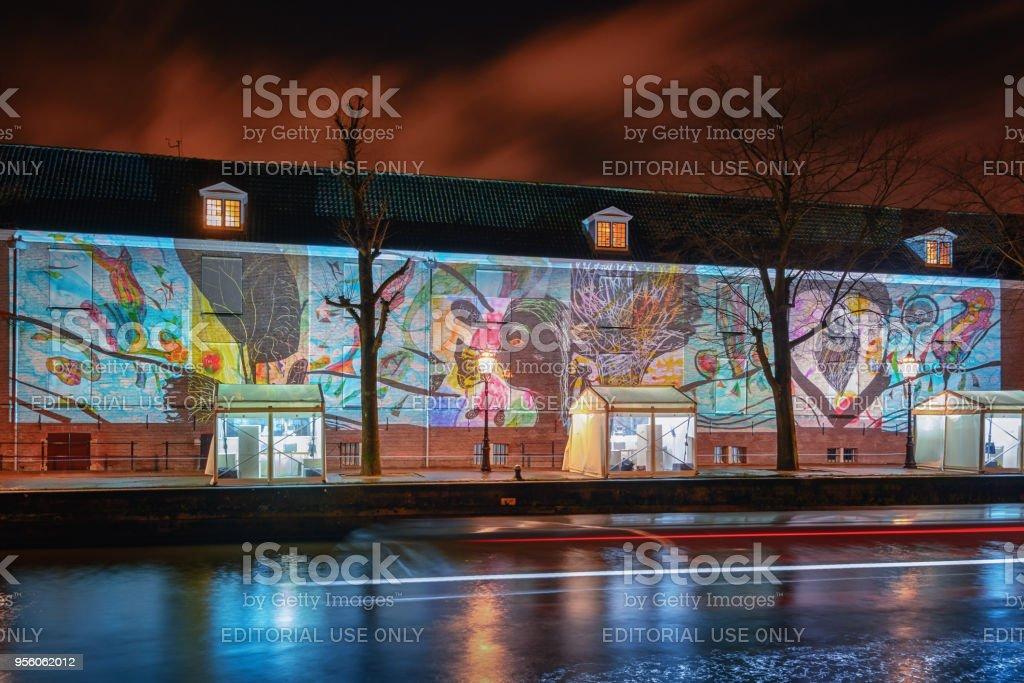 Projection de diapositives de l'art moderne sur la paroi latérale - Photo