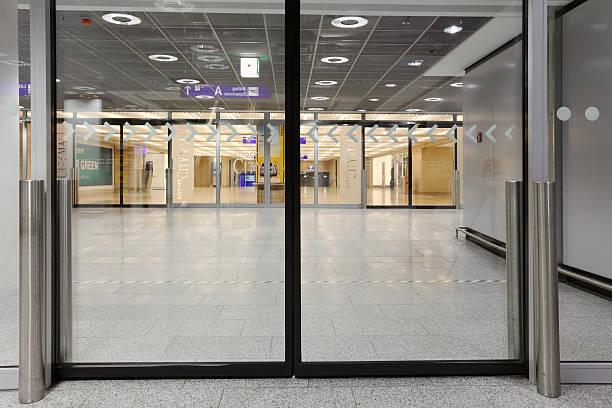 Schiebetür in Frankfurt Flughafen-Abflughalle – Foto