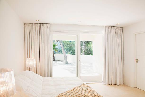 schiebetüren des modernen schlafzimmer - gardinen weiß stock-fotos und bilder